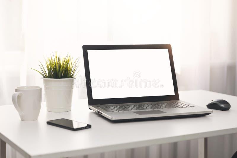 Jaskrawy biały miejsce pracy z laptopem na stole fotografia royalty free