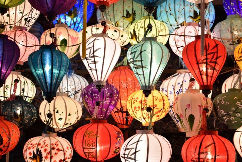 Jaskrawy coloured lampiony na miejscowym wprowadzać na rynek w Hoi w Wietnam, Azja zdjęcia stock