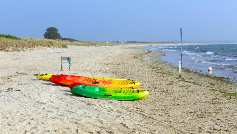 Jaskrawy coloured pedalos Studland pagórka plaża Dorset Anglia UK obrazy stock