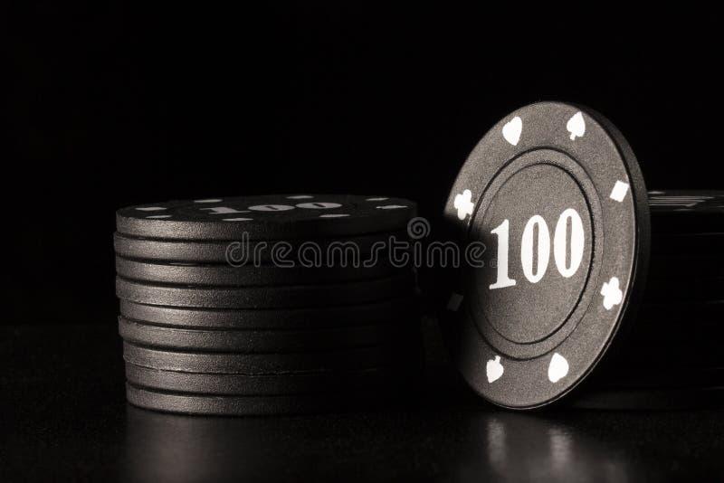 Jaskrawy czarny grzebaka układ scalony z biel liczbami na ciemnym tle obraz royalty free