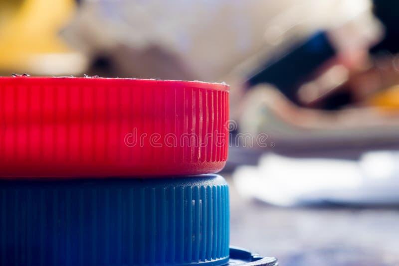 Jaskrawy czerwieni i błękita dekiel na barwionym tle Makro- fotografia stock