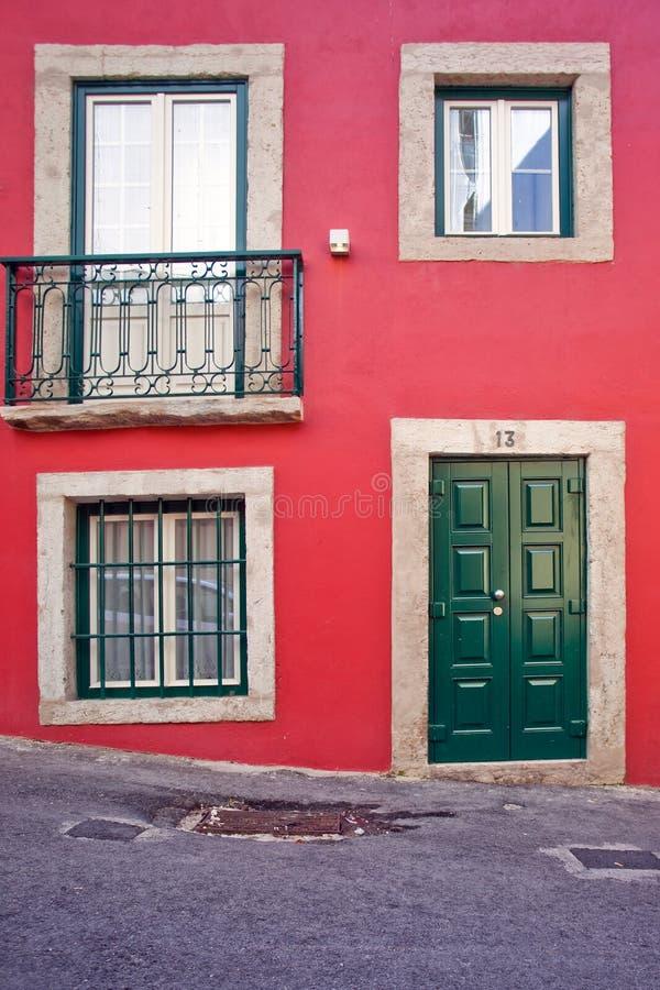 Jaskrawy dom w Lisbon zieleni w lecie w Portugalia obrazy stock