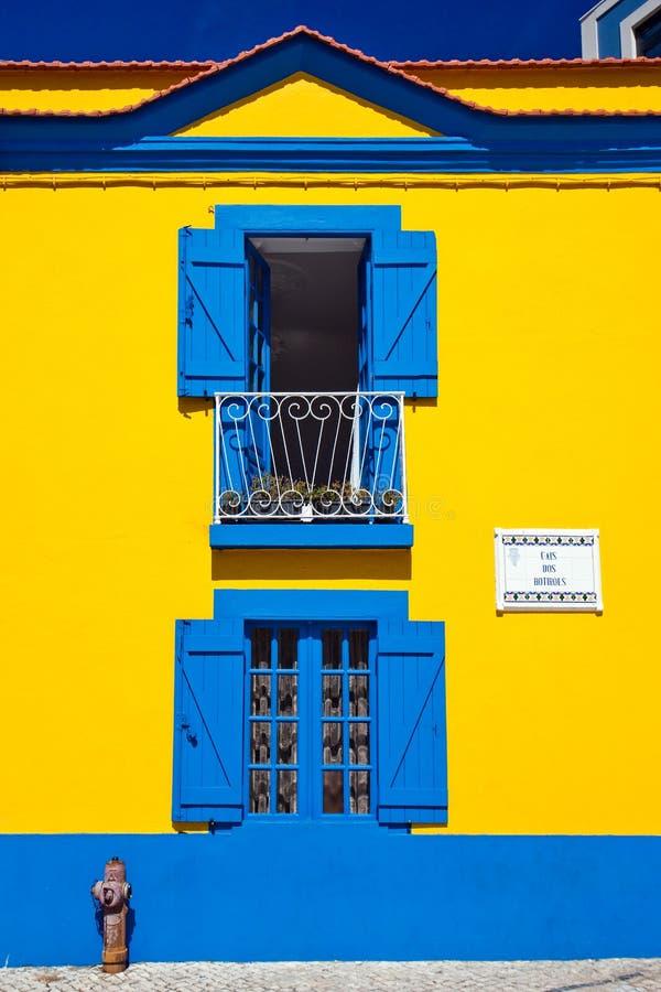 Jaskrawy dom w mieście Aveiro w Portugalia zdjęcie stock