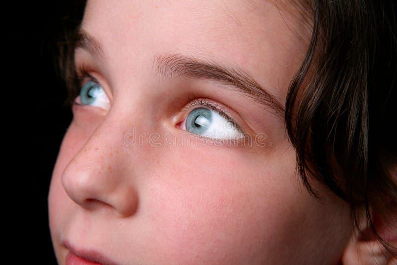 jaskrawy dziecko przygląda się obiecującego obraz royalty free