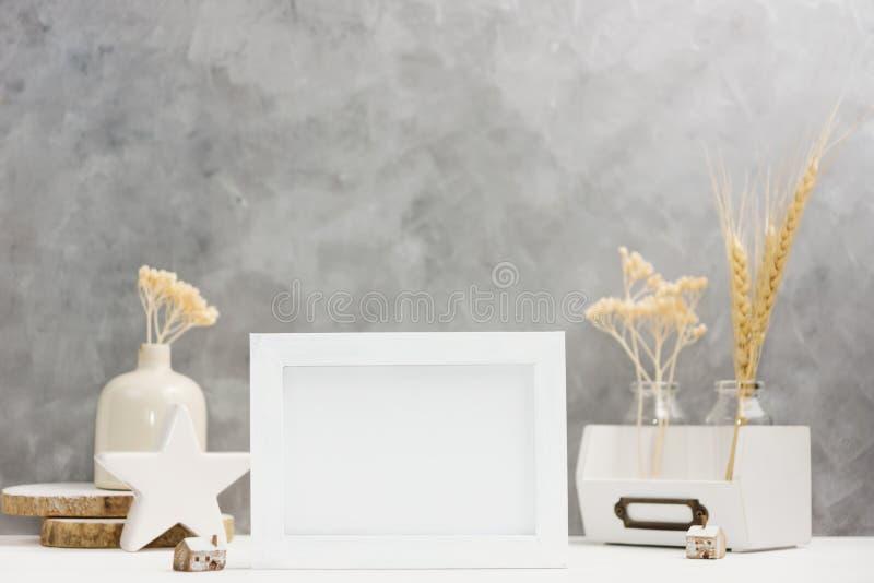 Jaskrawy fotografii ramy egzamin próbny up z roślinami w wazie, ceramiczny wystrój na półce przeciw popielatej ścianie Skandynawa fotografia royalty free