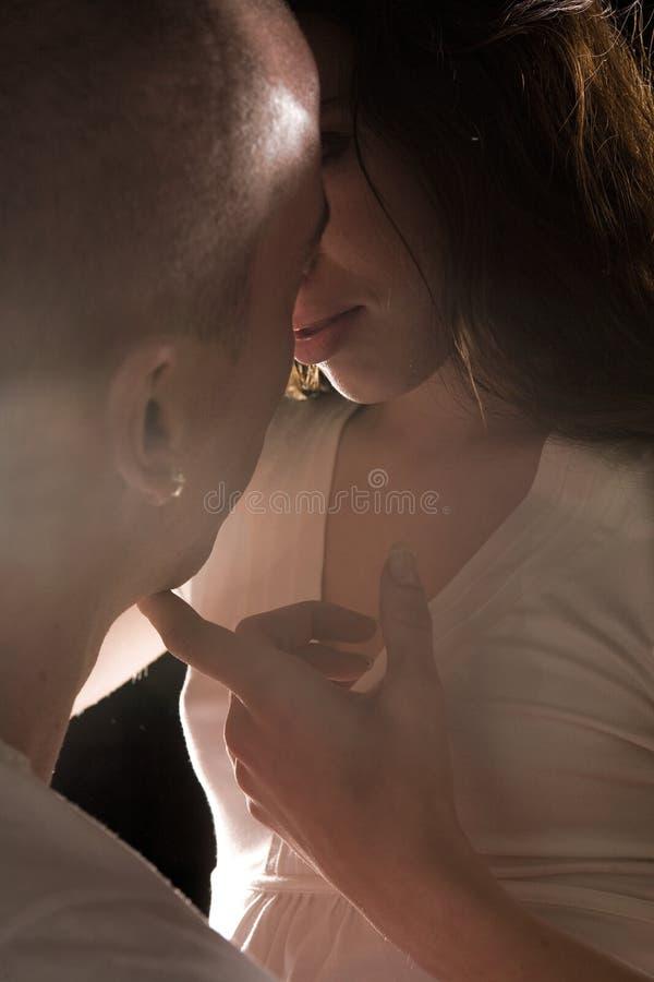 jaskrawy głaskania światła miłości kochankowie namiętni zdjęcie stock