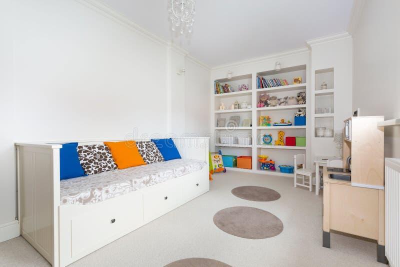 Jaskrawy i kolorowy dzieciaka pokój zdjęcia stock