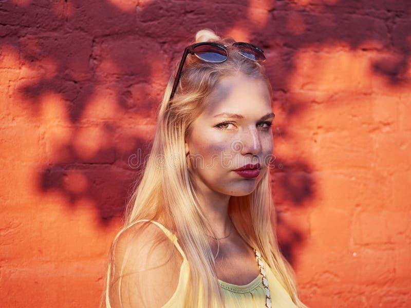Jaskrawy i kolorowy zakończenie w górę portreta młoda piękna blondynki kobieta z wysokiej babeczki fryzury żółtą bluzką cieszy si zdjęcie stock