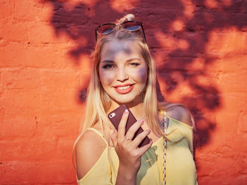Jaskrawy i kolorowy zakończenie w górę portreta młoda piękna blondynki kobieta z wysokiej babeczki fryzury żółtą bluzką cieszy si obraz stock