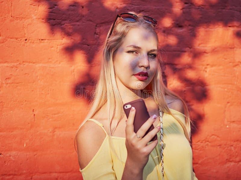 Jaskrawy i kolorowy zakończenie w górę portreta młoda piękna blondynki kobieta z wysokiej babeczki fryzury żółtą bluzką cieszy si obrazy stock