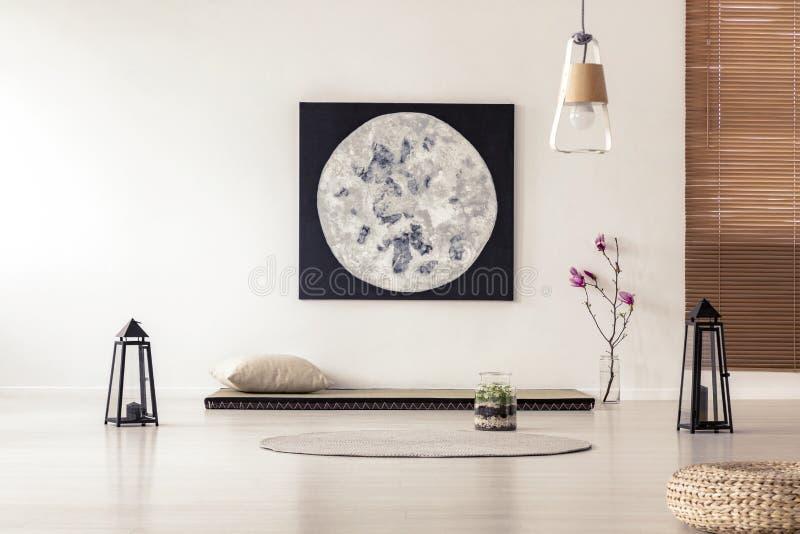 Jaskrawy i prosty sypialni wnętrze z azjata stylu tatami maty b zdjęcie royalty free