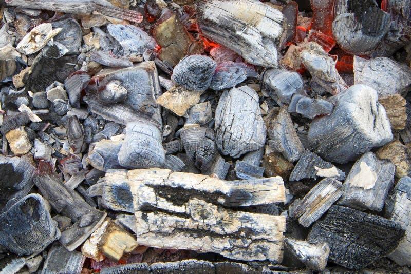 Jaskrawy jarzyć się gorących węgle z popielatym popiółem dla barbeÑ  ue obraz stock