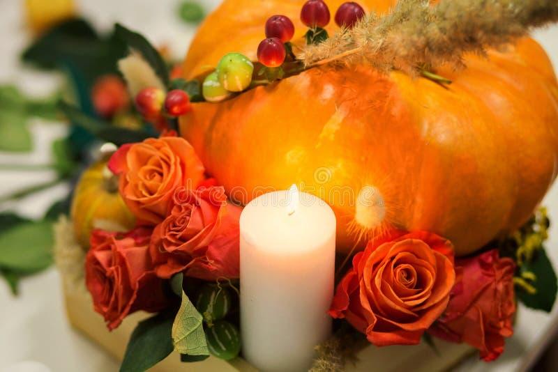 Jaskrawy jesieni przygotowania kwiaty i jagody w bani obraz royalty free