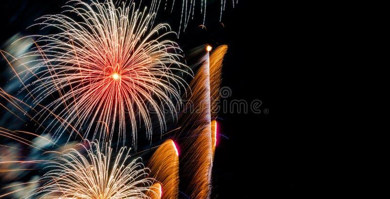 Jaskrawy Kolorowi fajerwerki na ciemnym nieba tle zdjęcie royalty free