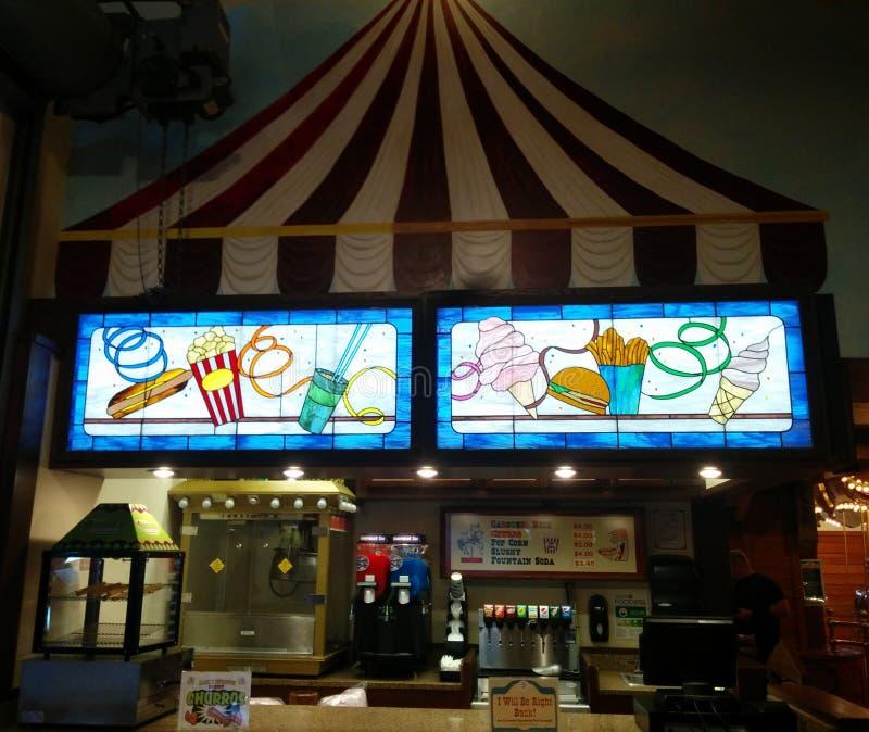 Jaskrawy, kolorowy witrażu pokaz przy przekąska stojakiem, obraz stock