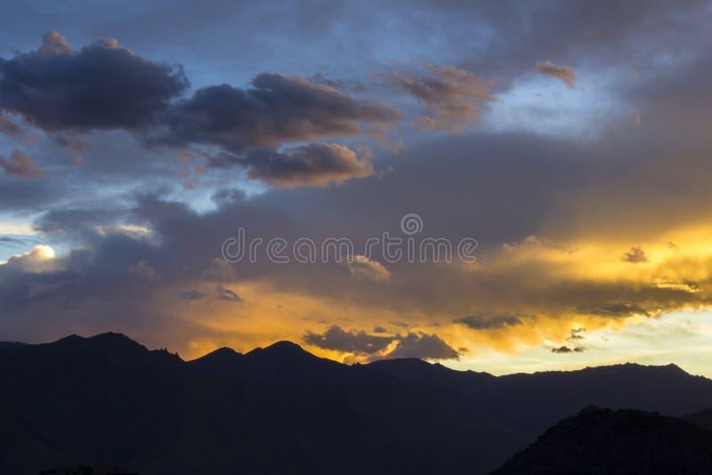 Jaskrawy kolorowy zmierzchu niebo nad halnymi sylwetkami zdjęcia stock