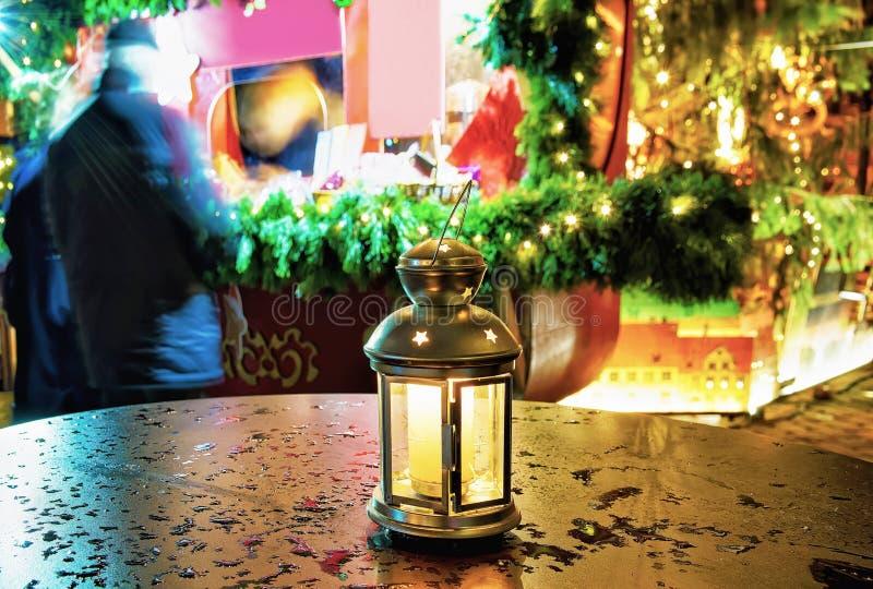 Jaskrawy lampion z świeczką przy Ryskimi bożymi narodzeniami Wprowadzać na rynek zdjęcia stock