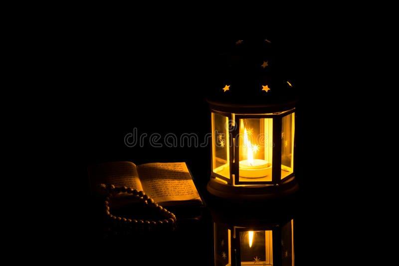 Jaskrawy lampionu i świętej księgi koran Ramadan Kareem tło zdjęcie royalty free