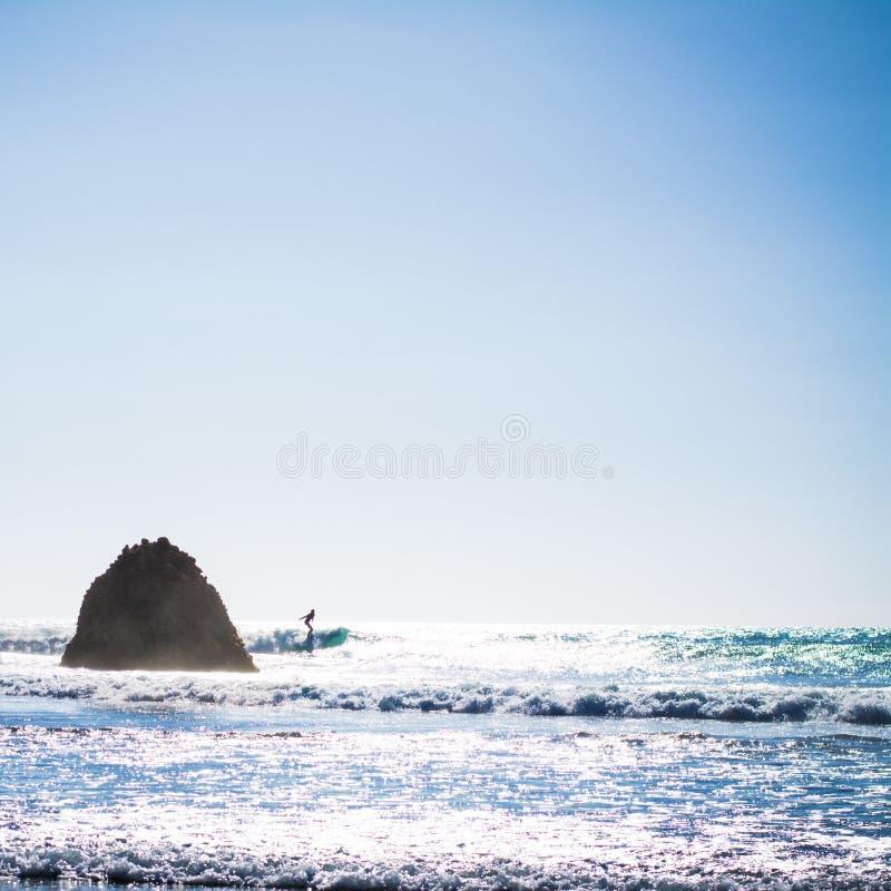 Jaskrawy lata popołudnie przy Piha plażą, Nowa Zelandia obraz royalty free