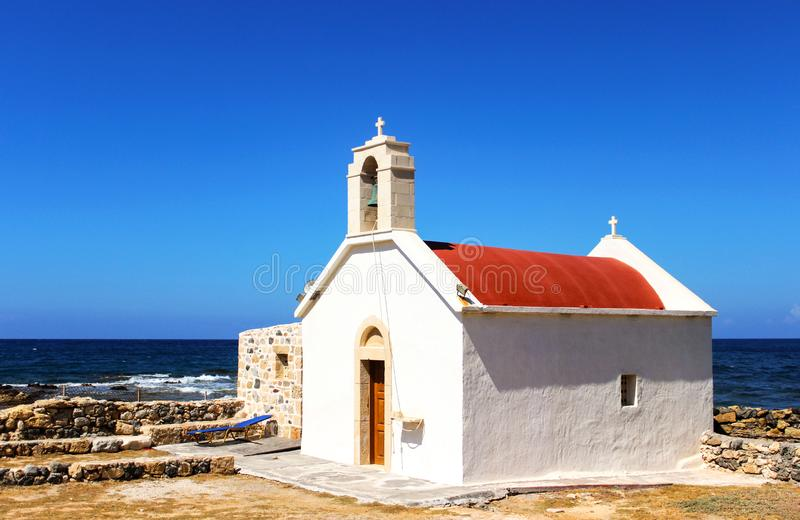 Jaskrawy lato fotografii kościół blisko morza Grecja dryftowego morza ?r?dziemnego po?ow?w tu?czyka morski netto Wakacje w Europa obrazy stock