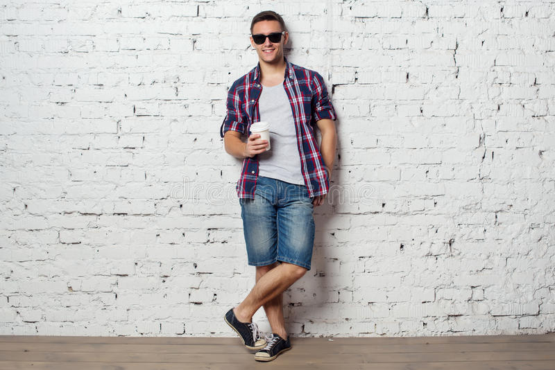 Jaskrawy młodego człowieka modniś na wakacje cieszyć się fotografia royalty free