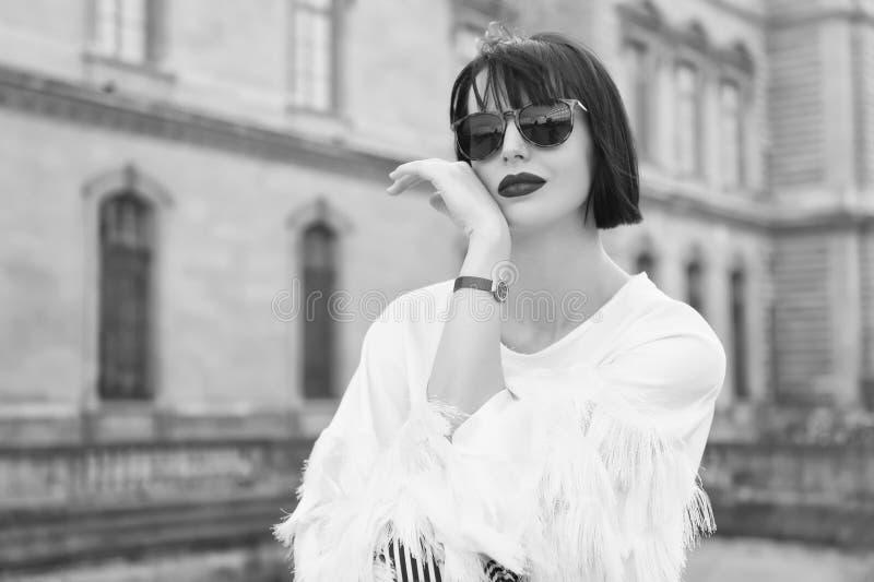 Jaskrawy makeup cechy ogólnej akcesorium Kobieta modela modny pozować plenerowy Dziewczyny brunetki koczka fryzura patrzeje elega obraz royalty free