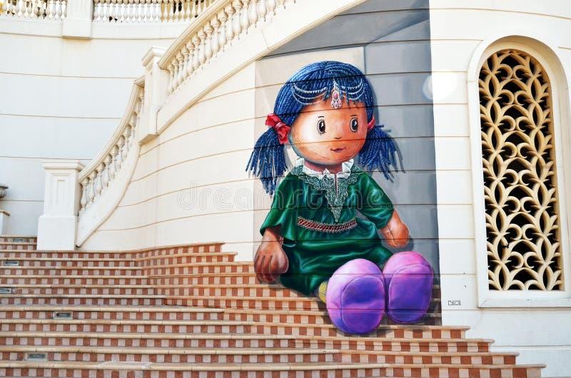 Jaskrawy malowidło ścienne z piękną lalą w Dubaj Marina okręgu, UAE fotografia royalty free
