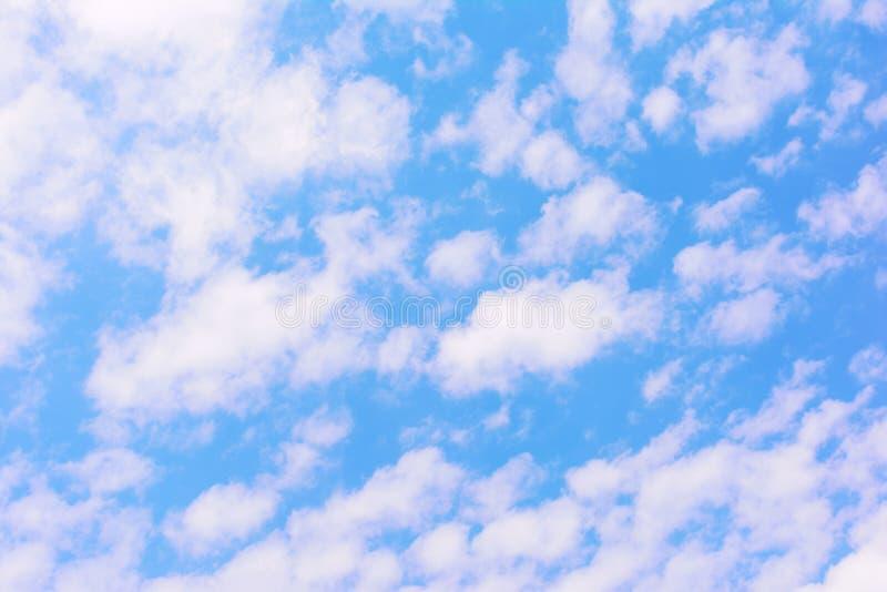 Jaskrawy niebieskie niebo z udziałami małe białe chmury tła jaskrawy piękny zdjęcie royalty free