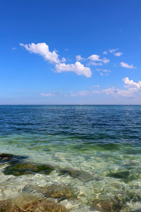 Jaskrawy niebieskiego nieba i jasnego błękita morze zdjęcia royalty free