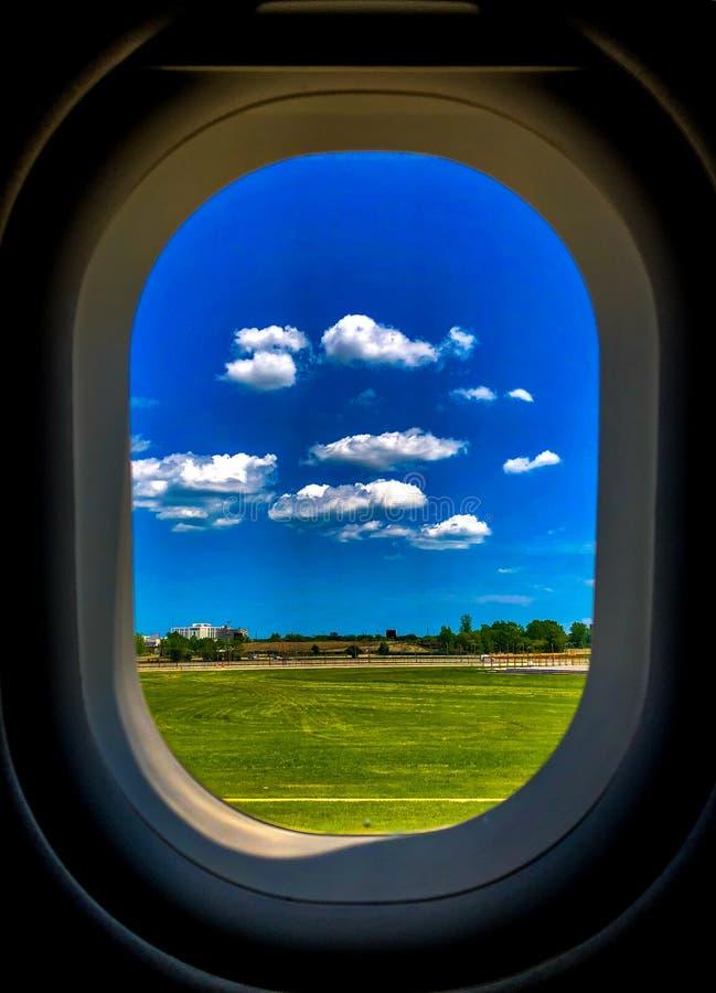 Jaskrawy niebo z trawą przez Samolotowego okno zdjęcie royalty free