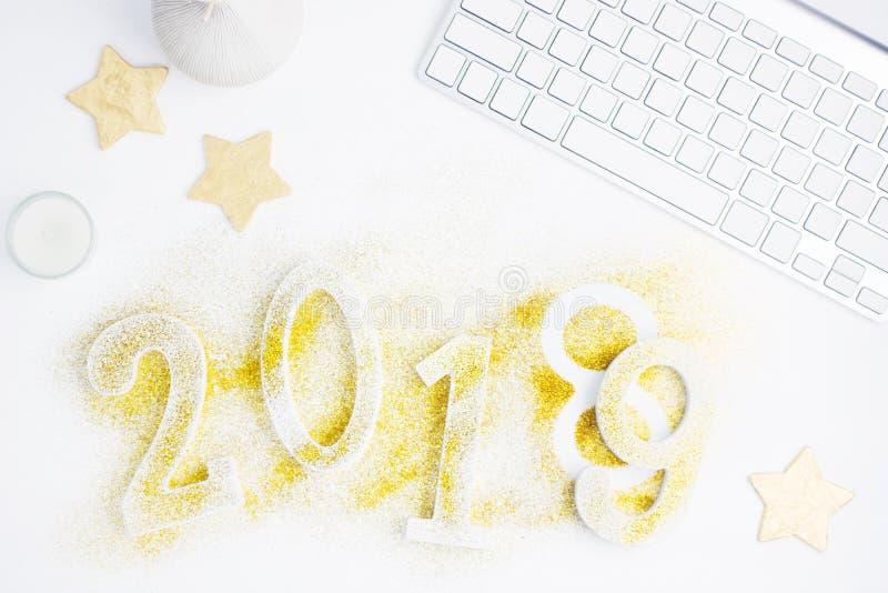 Jaskrawy nowego roku tło: luksusowe złote liczby 2018 zmienia 2019 zrobili od błyskotliwości z złocistymi gwiazdami z białą klawi fotografia stock