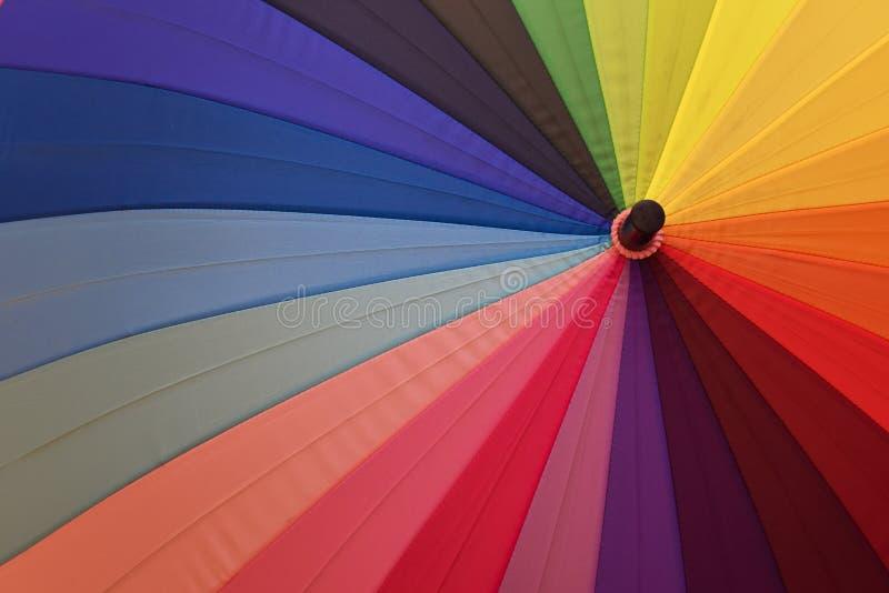 Jaskrawy parasol z tęczą barwi zbliżenie zdjęcia royalty free