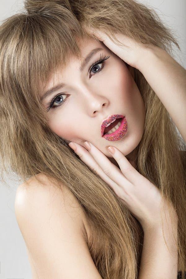 Download Jaskrawy Piękny Emocjonalny Dziewczyna Model Z Zdjęcie Stock - Obraz złożonej z dziewczyna, wargi: 57667164
