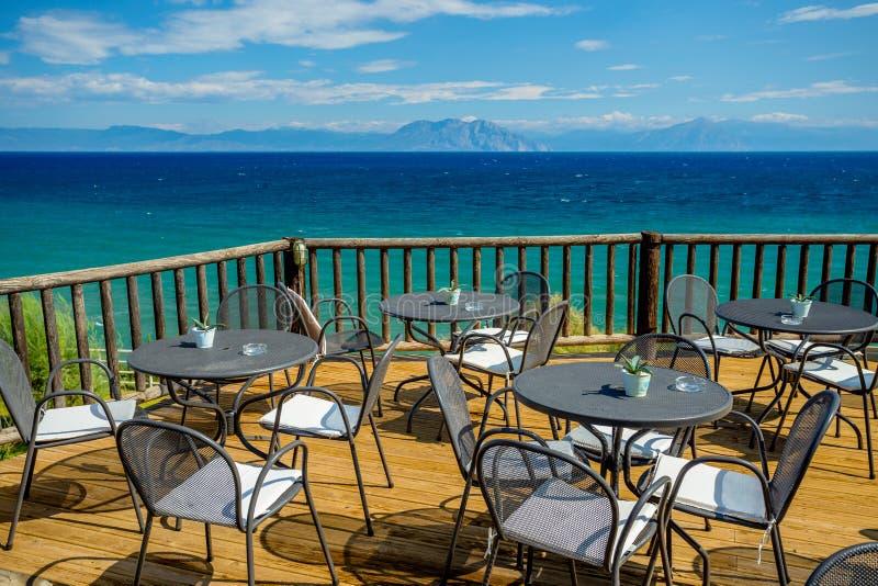 Jaskrawy Pogodny popołudnie na Drewnianym tarasie z widokiem Turkusowy morze śródziemnomorskie Odległe góry i zdjęcia royalty free
