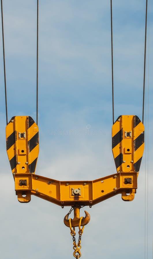 Jaskrawy pomarańczowy basztowy żuraw przeciw niebieskiemu niebu, haczyka szczegół, budowy pojęcie fotografia royalty free