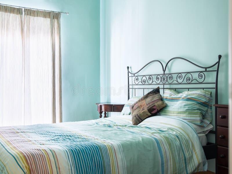 Jaskrawy, powiewny łóżko, śniadaniowa sypialnia - i - fotografia stock