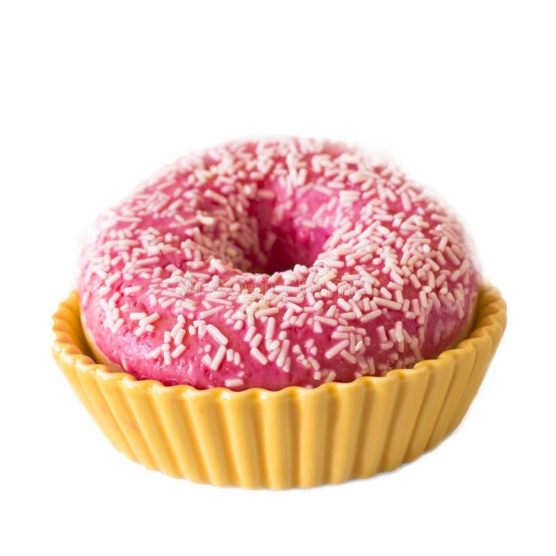 Jaskrawy różowy pączek na białym tle w żółty ceramicznym ho zdjęcia stock