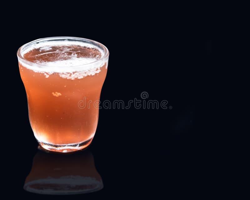 Jaskrawy różowy zimny napój na czarnym tle obraz stock