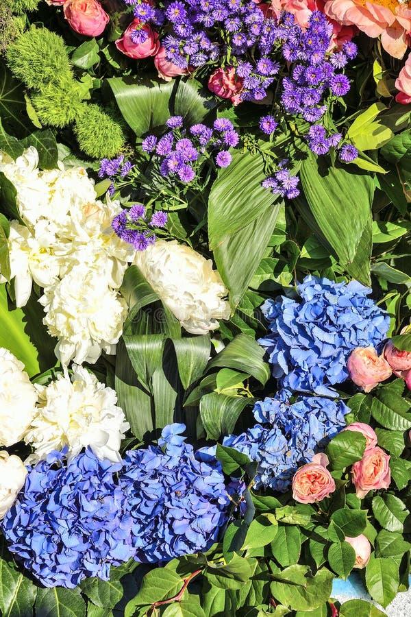 Jaskrawy radosny świąteczny multicolor kwiecisty tło od różnych kwiatów fotografia stock