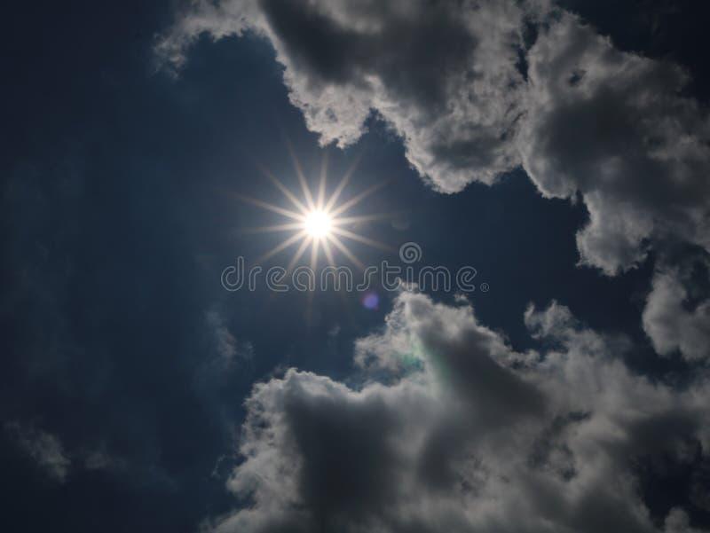 Jaskrawy słońce na jaskrawym dniu obrazy royalty free