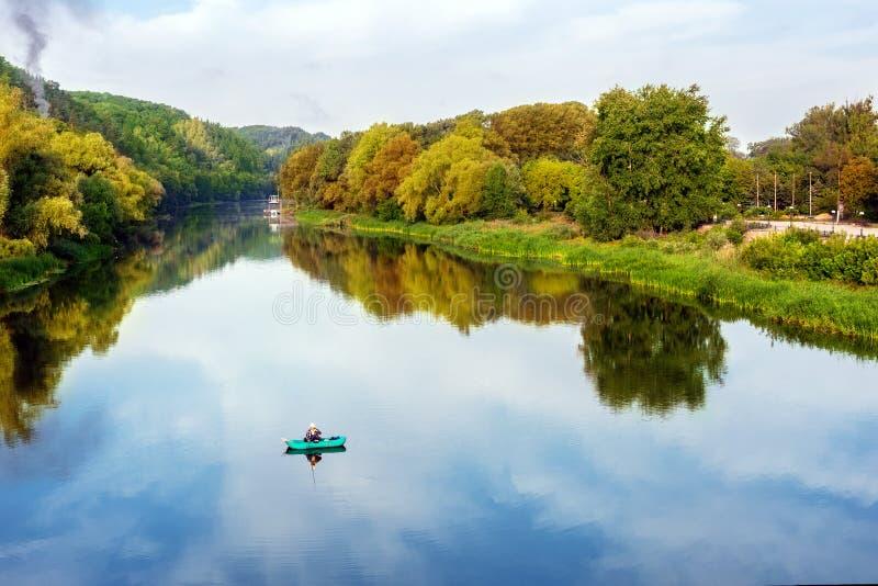 Jaskrawy sceniczny krajobraz rzeka w jaskrawym stubarwnym jesień lesie z kolorowymi drzewami Niebieskiego nieba odbicie odzwierci zdjęcie royalty free