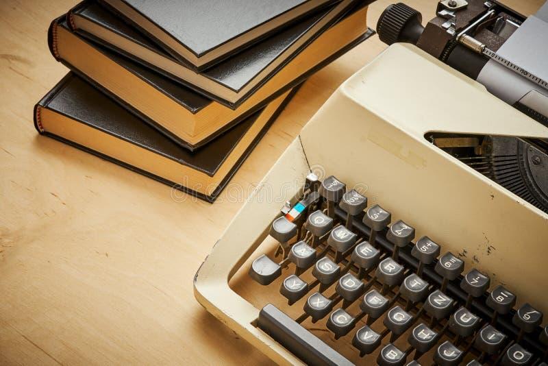 Jaskrawy stary maszyna do pisania z szarość wpisuje i rezerwuje fotografia royalty free