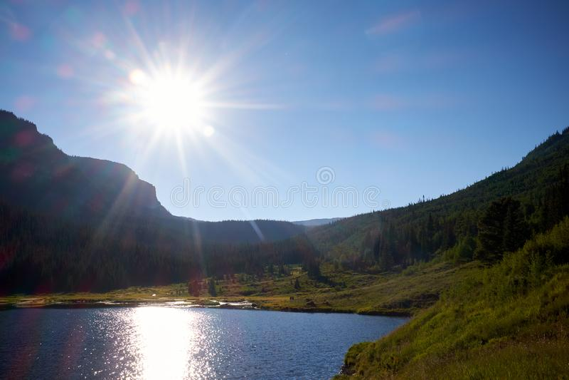 Jaskrawy sunburst nad Kolorado góry jeziorem zdjęcia royalty free