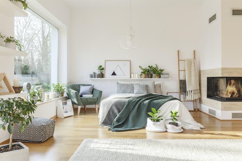 Jaskrawy sypialni wnętrze zdjęcie royalty free