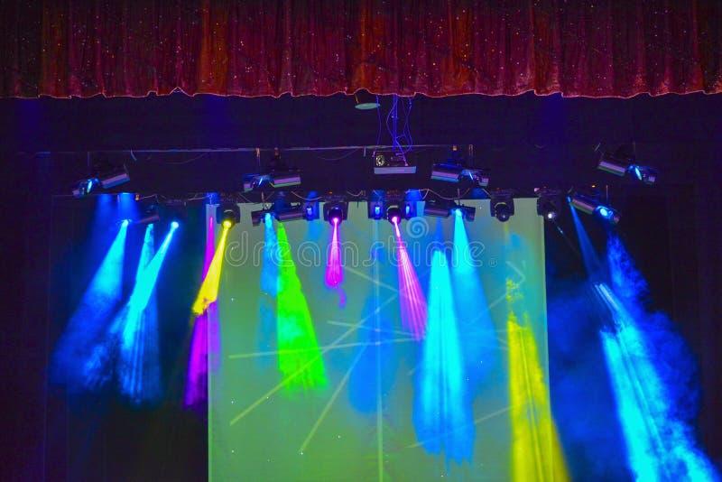 Jaskrawy tło z lekkimi wyposażenia i koloru promieniami światło Lekki przedstawienie projekt obrazy stock
