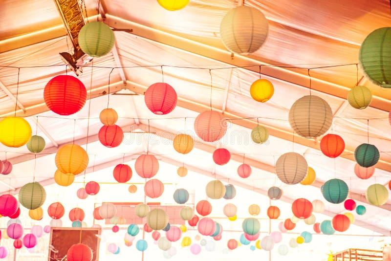 Jaskrawy tło wiele z kolorowym chińskim round lampionem dekoruje sufit sala przy odświętności wydarzeniem, festiwal, przyjęcie P obraz royalty free
