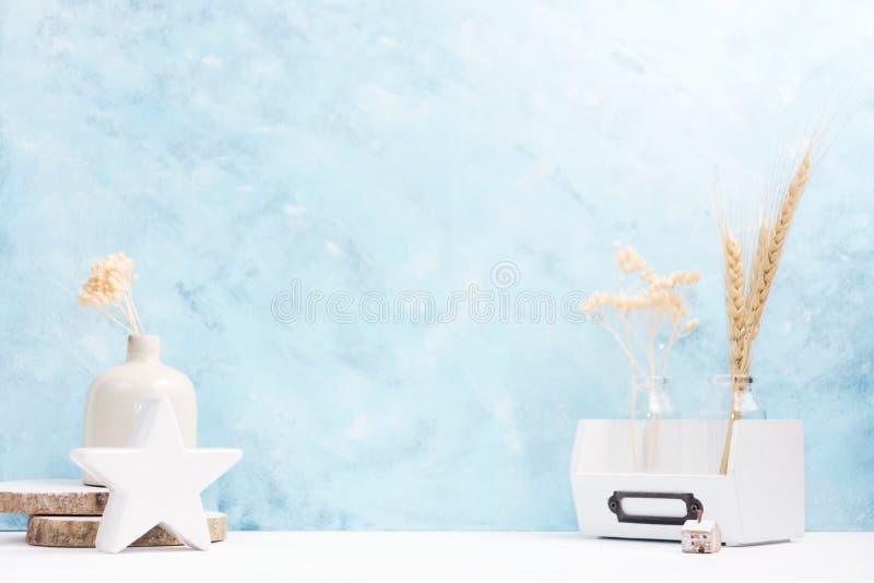 Jaskrawy tło z roślinami w wazie, ceramiczny wystrój na półce Skandynawa styl zdjęcie stock