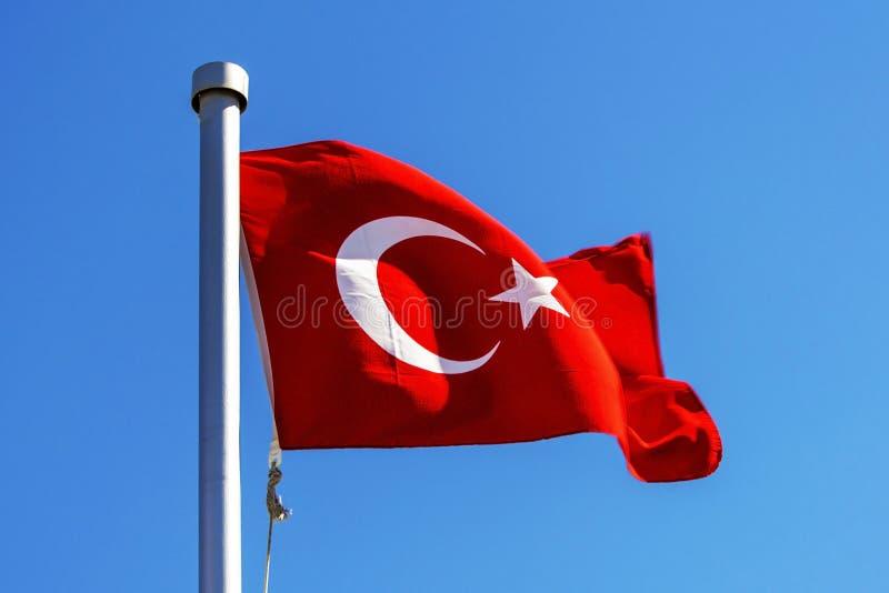 Jaskrawy turecczyzny flaga falowanie w wiatrze zdjęcie royalty free