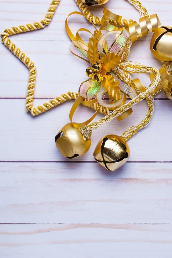 Jaskrawy złoty boże narodzenie gwiazdy ornament z dębu dźwięczeniem i liśćmi obrazy stock