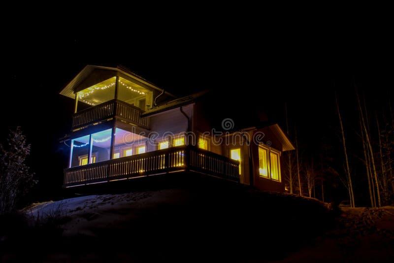 Jaskrawy zaświecający dom na wzgórzu fotografia stock